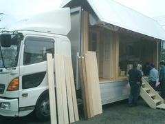 自然素材をたっぷり乗せたトラックが会社にやって来ました